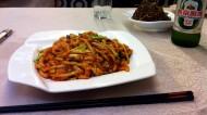 Sechuanske jedlo. Po správnosti chýba ešte miska ryže.