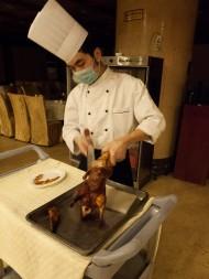 """""""Peking roast duck"""" Ujo nám ho seká keďže paličkami by sa inak nedal jesť."""