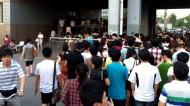 Rush hour. Toto je rad ľudí, čo trčia z metrovej stanice až do ulice.